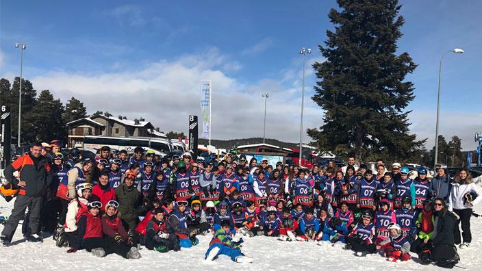 Grupo de alumnos del colegio Alborada en el viaje de esquí a la estación de la Molina